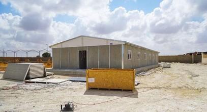 Instalação do edifício pré-fabricado para extração de petróleo na Líbia